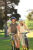 Couple with their bikes in the park — Stockfoto