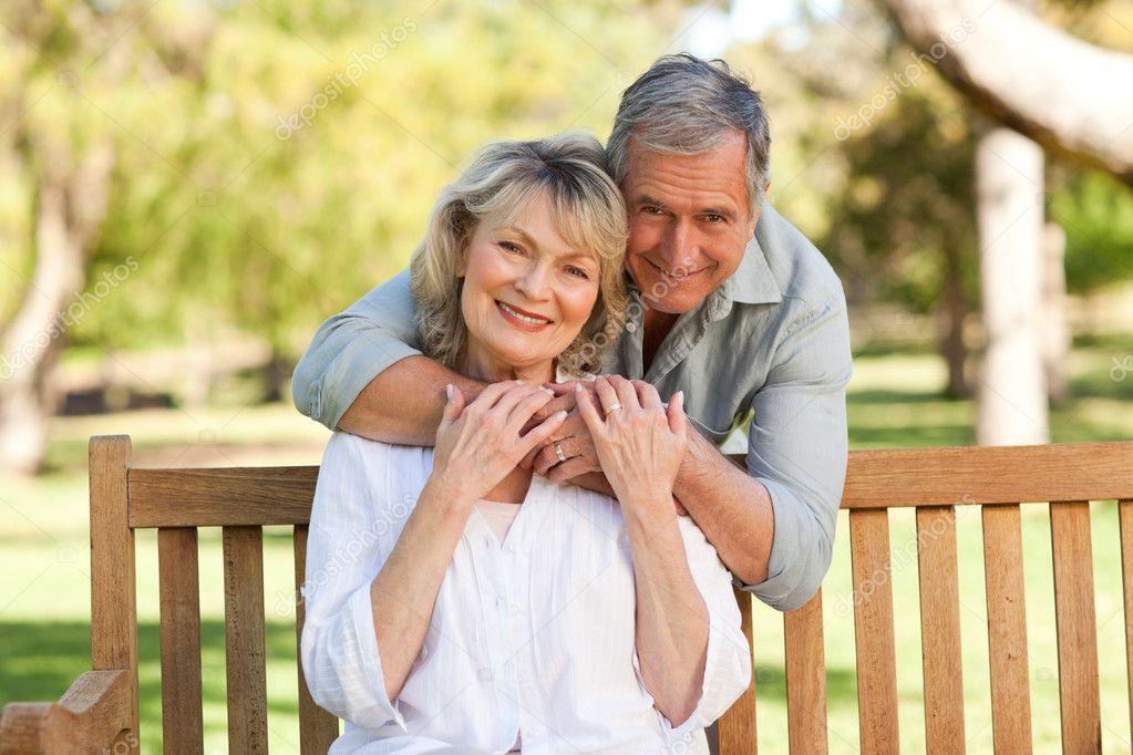 Пожилые муж и жена в постели
