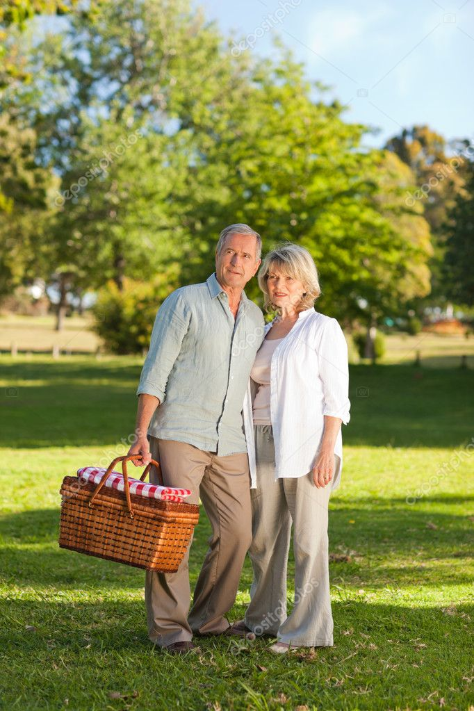 Retired couple looking for a place to picnicking — Stock Photo #10850388