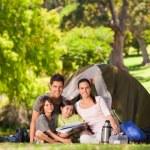 在公园里露营的家庭 — 图库照片
