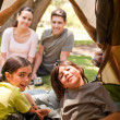Foto Stock: Happy family camping in the park