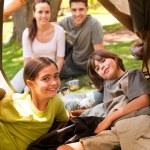 família alegre, acampar no parque — Foto Stock