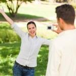 hombre tomando una foto de su novia — Foto de Stock