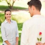 hombre ofrece una rosa a su novia — Foto de Stock
