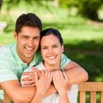homem abraçando sua esposa — Foto Stock