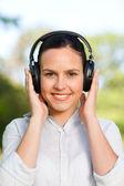Beautiful woman listening to music — Stockfoto