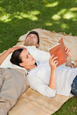 Couple reading in the park — Stock Photo
