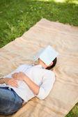Kvinna som sover med sin bok — Stockfoto