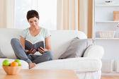 Jolie brunette, lisant un livre — Photo