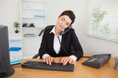 Active secretary answering the phone — Stockfoto