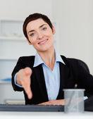 Porträt einer lächelnden business-frau geben ihre hand — Stockfoto