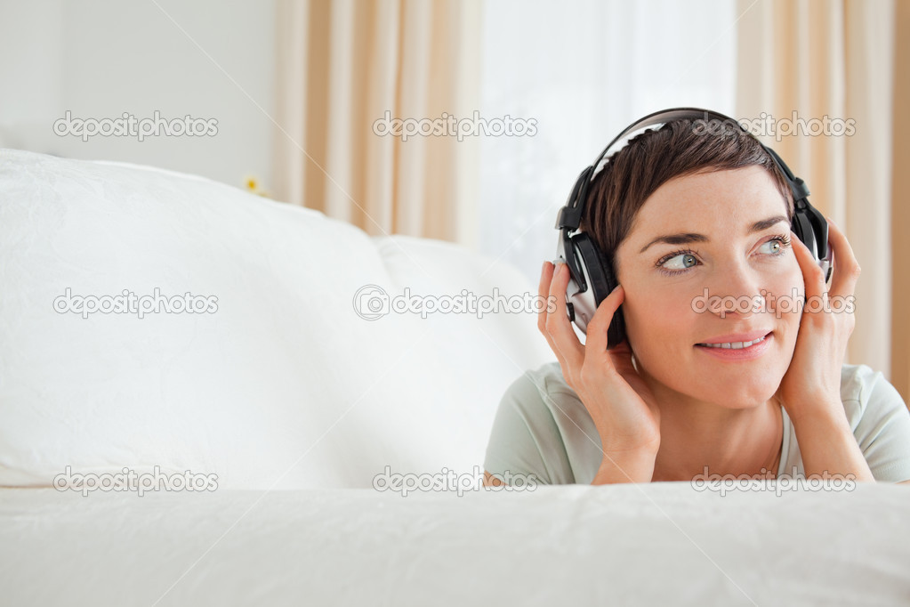 Short-haired woman listening to music looking away from the camera — Stock Photo #11178403