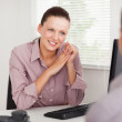Businesswoman talking with customer — Stock Photo