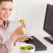 Businesswoman in office eating salad — Stock Photo