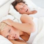 Angry woman awaken by her boyfriend's snoring — Zdjęcie stockowe