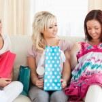 młode słodkie kobiety z torby na zakupy — Zdjęcie stockowe