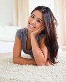 Sevimli kadın bir halı üzerinde yalan — Stok fotoğraf