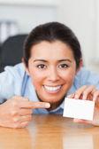 Buena mujer mostrando su tarjeta de visita — Foto de Stock