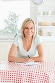 Kvinna korrekturläsning en text — Stockfoto