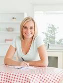Prachtige vrouw bewijs lezing een tekst op zoek naar de camera — Stockfoto