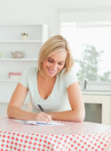 Muhteşem bir kadın ispat bir metin okuma — Stok fotoğraf