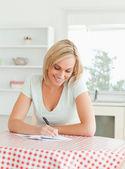 Underbara kvinna korrekturläsning en text — Stockfoto