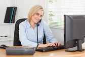 Pracy interesu w telefonie podczas pisania wygląda na camer — Zdjęcie stockowe