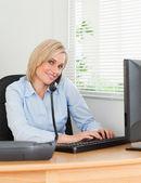 Uśmiechający się kobieta na telefon podczas pisania wygląda na camer — Zdjęcie stockowe