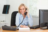 Schattig zakenvrouw op telefoon iets opschrijven kijkt naar ca — Stockfoto