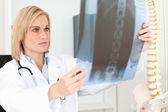 Médecin sérieux en regardant x-ray — Photo