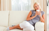 Kobieta trzyma kubek kawy — Zdjęcie stockowe