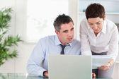Collaborateurs comparant un document de schéma directeur à une électronique — Photo