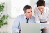 Employés de bureau en comparant un document de schéma directeur à une électronique o — Photo
