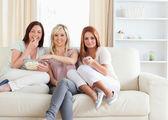 Roztomilý přátelé lenošení na pohovce, sledovat film — Stock fotografie