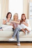 φίλοι χαλαρώνετε σε έναν καναπέ, βλέποντας μια ταινία — 图库照片
