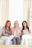 милые женщины, развалившись на диване — Стоковое фото