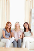 Słodkie kobiety wyleguje się na kanapie — Zdjęcie stockowe