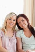 Glada kvinnor att ligga på en soffa — Stockfoto