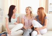 Encantadores amigos descansando em um sofá — Foto Stock