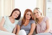 Söta kvinnor att ligga på en soffa — Stockfoto