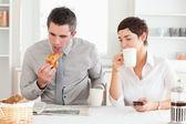 Glad par ha frukost tillsammans — Stockfoto
