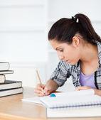 Giovane studente scrive nel suo libro exrecise — Foto Stock