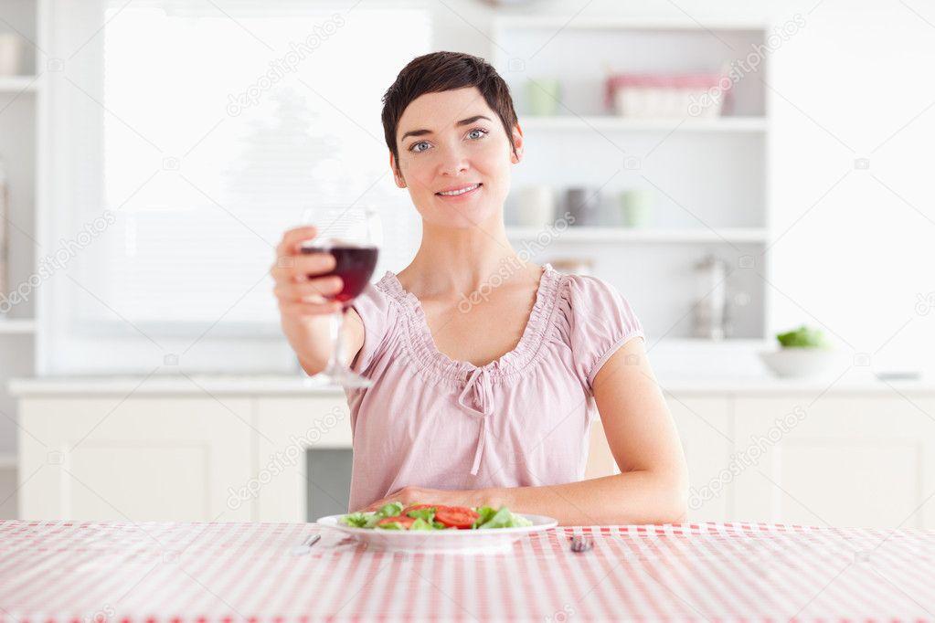 敬一杯酒的可爱女人