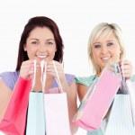 sorridente giovani donne con borse della spesa — Foto Stock #11190240
