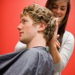 Portrait of a woman cutting a man's hair — Foto Stock