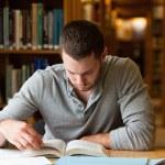 Manlig student forska med en bok — Stockfoto #11193556