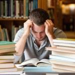 trött student att ha en hel del att läsa — Stockfoto