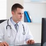 医生与他的电脑工作 — 图库照片