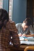 Bir kompozisyon yazma bir öğrenci portresi — Stok fotoğraf