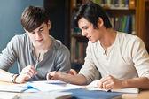 Yakışıklı öğrenci çalışma üzerine bir deneme — Stok fotoğraf